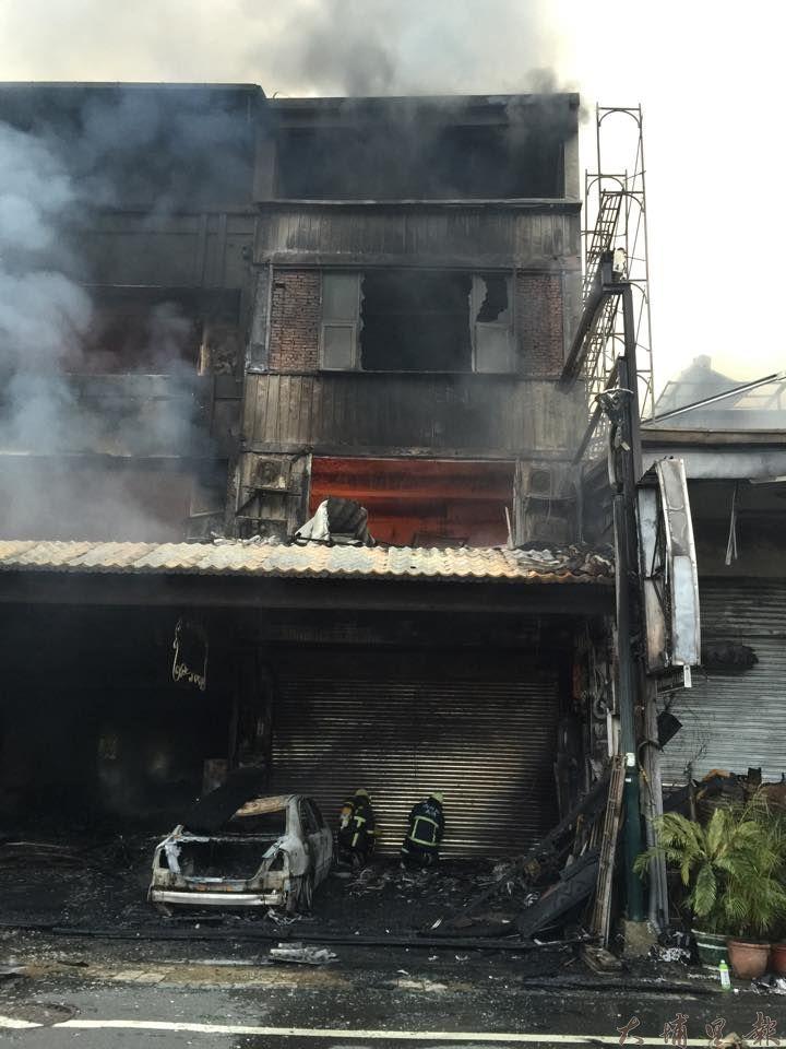 日月潭伊達邵商圈23日凌晨發生大火,6棟民宅店面陷入火海,4戶幾乎全毀。(林育正攝)