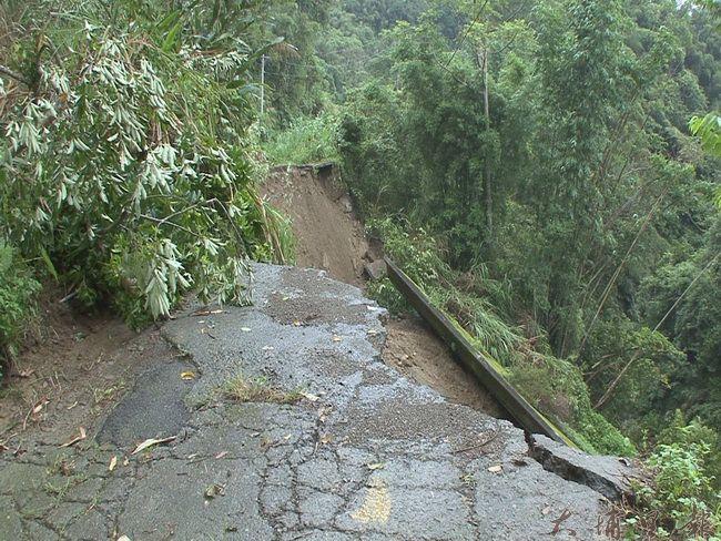 國姓鄉南港村三合農路路基流失,約40公尺道路崩塌。(客家祺攝)