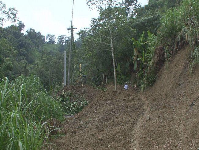國姓鄉南港村三合農路路基流失,當地農民農產運輸受到影響。(客家祺攝)
