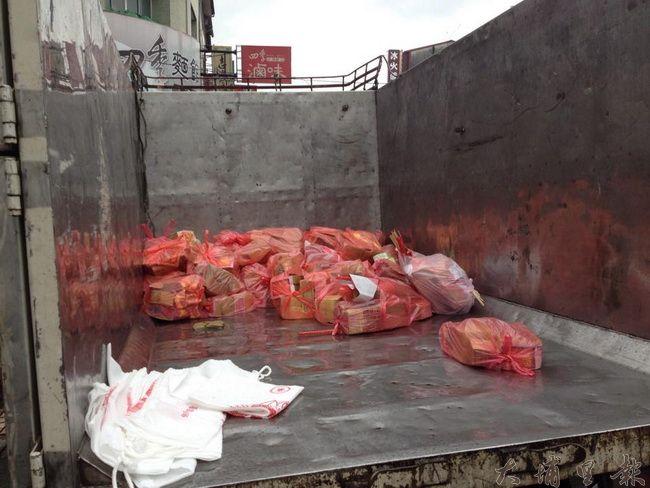 鎮公所與志工大力宣導不燒紙錢,能達到空污減量的目標,這是中元普渡當天,公所清潔隊回收的成果。(林佳穎攝)