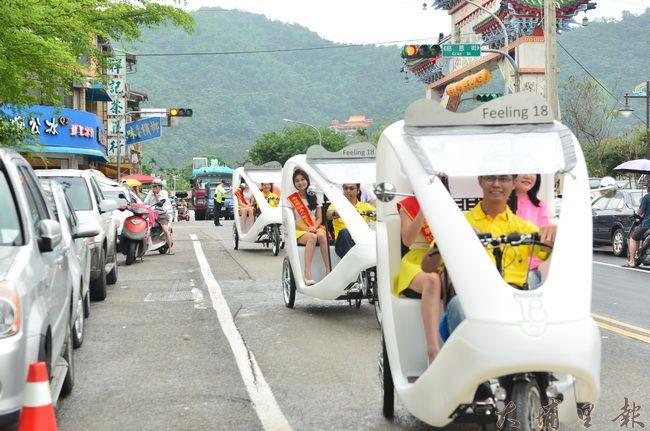 埔里鎮低碳輕旅行啟動,埔里美人腿公主也是第一批試乘座上賓。(柏原祥攝)