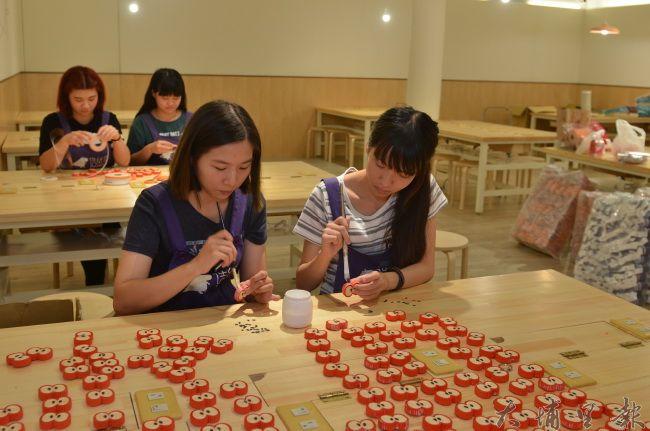 造紙龍手創館推出彩浪紙水果鑰匙圈,製作者多為社區媽媽或更生人。(柏原祥攝)