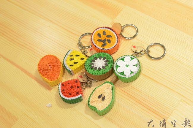 造紙龍手創館的水果鑰匙圈是以彩浪紙製作,相當受到國際觀光客歡迎。(柏原祥攝)