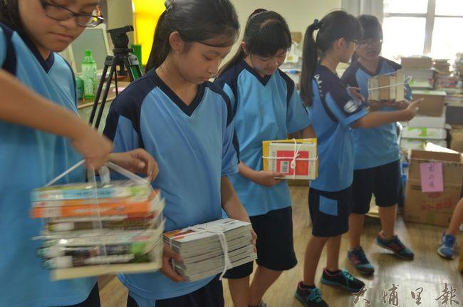 埔里國中同學協力傳書,將一捆捆的圖書送上5樓的青少年閱讀討論空間。(柏原祥攝)