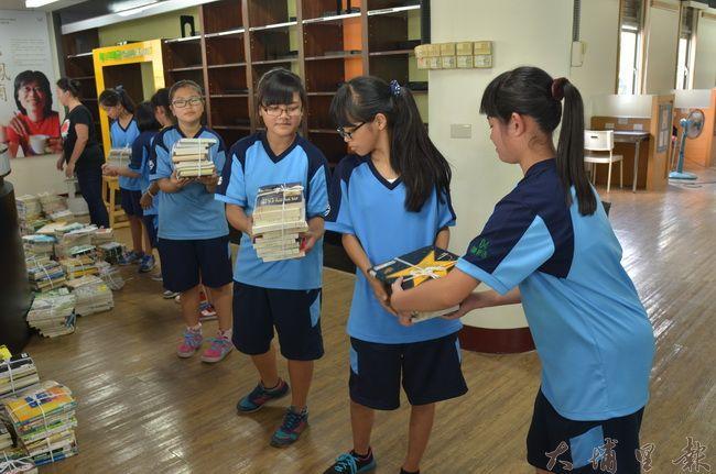 埔里國中同學協力傳書,將打包好的圖書送上5樓的青少年閱讀討論空間。(柏原祥攝)