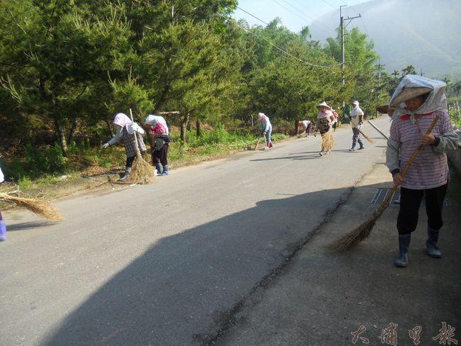 牛尾農村社區的志工們綠美化,並維護社區整潔的環境。(圖/牛尾農村發展協會提供)