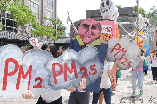 PM2.5街頭「偶巷」劇即將在埔里街頭展開,這群沒有面孔的臨時演員,都是關心在地環境的鎮民。(柏原祥攝)