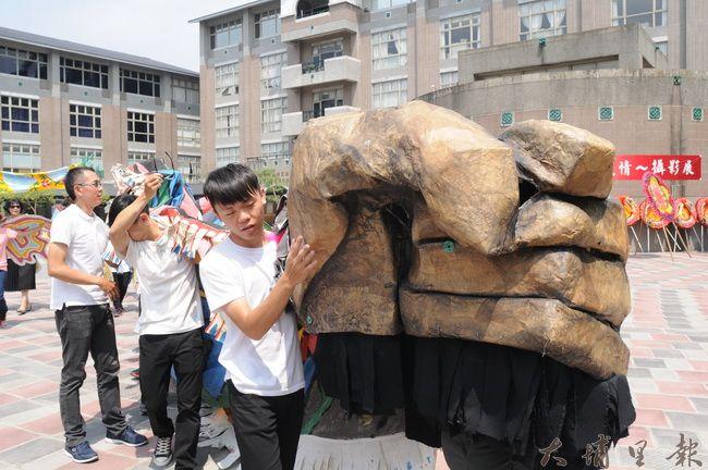 看似專業的大型人偶道具,其實都是由廢棄的環保素材所製作。(柏原祥攝)