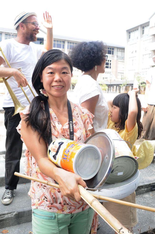 埔里PM2.5空污減量自救會成員陳怡真帶了奶粉罐、竹竿等廢棄物,要為「偶巷劇」敲打助陣。(柏原祥攝)