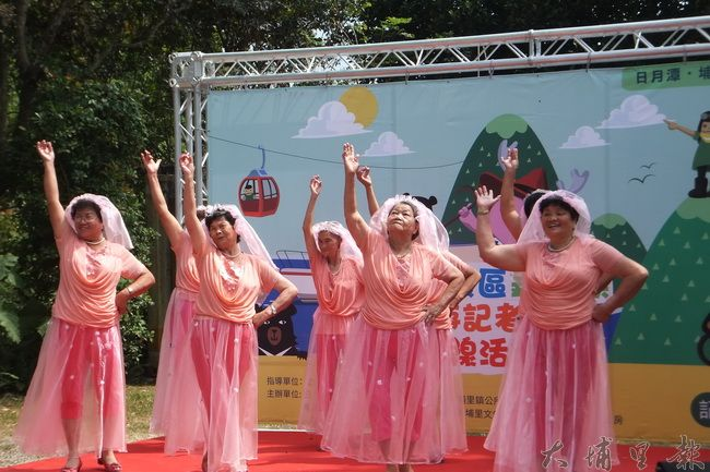 珠仔山社區的阿嬤開心表演,熱力十足。(唐茹蘋攝)