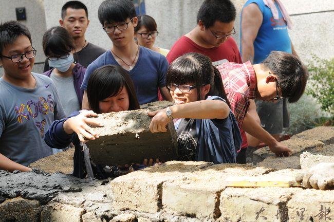 暨南大學修習「跨文化溝通在社區」的同學,至梅村社區修築土埆牆。(柏原祥攝)