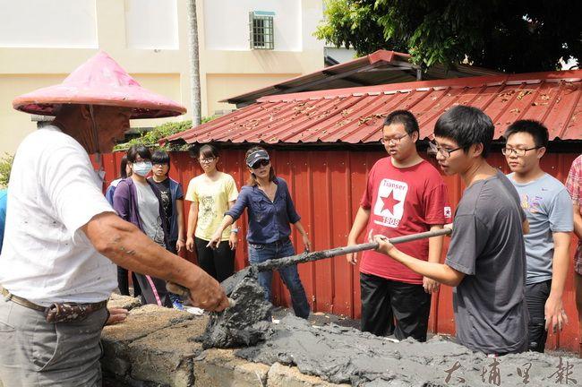 暨南大學修習「跨文化溝通在社區」的同學,至梅村社區協體驗砌築土埆牆。(柏原祥攝)