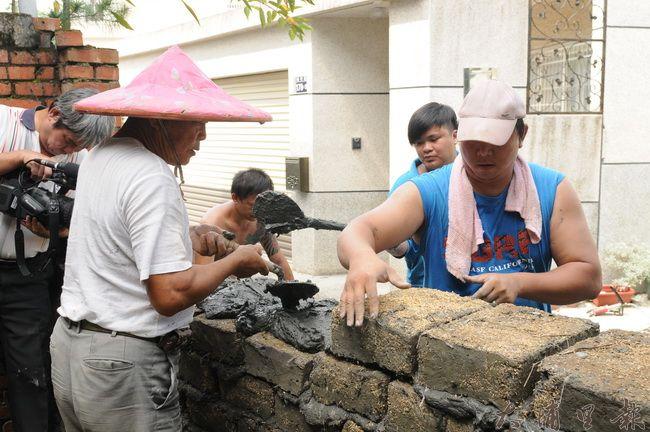 梅村社區居民以土埆營造社區氛圍,希望將梅村路134巷打造為懷舊巷弄。(柏原祥攝)