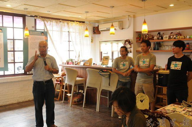 埔里文史專家簡史朗(左)與埔里青年團隊合作,以大馬璘史前人物為樣本,創造「山城派」動漫角色。(柏原祥攝)