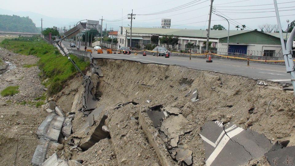 2009年5月17日無風無雨,沒有種樹的埔里鎮南環路護岸,卻出現大崩塌,鄰近的杷城排洪道堤防未出現狀況。(柏原祥攝)
