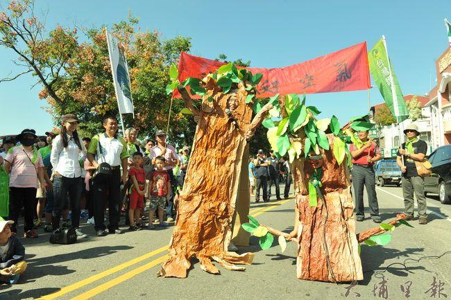 埔里鎮民發起護樹大遊行,志工還自製道具,以樹木生前告別式,表達反對草率移樹的心聲。(柏原祥攝)