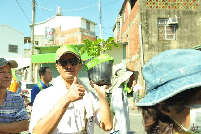 埔里護樹大遊行上場,有參與民眾帶著茄苳樹苗遊行。(柏原祥攝