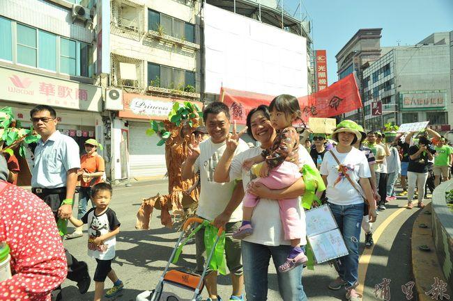 埔里護樹大遊行行經市中心圓環,參與隊伍中有不少父母帶著孩子走上街頭。(柏原祥攝)