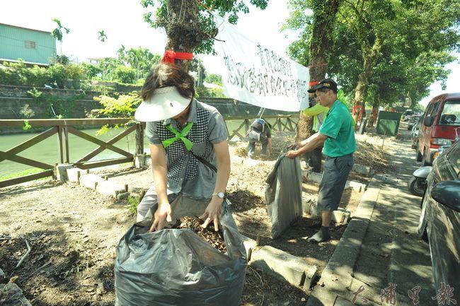護樹大遊行隊伍回到起點,展開茄苳樹周邊的環境整理工作。(柏原祥攝)