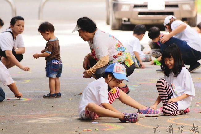 小朋友在埔里無車日街道上彩繪,表達友善路權的心聲。(柏原祥攝)