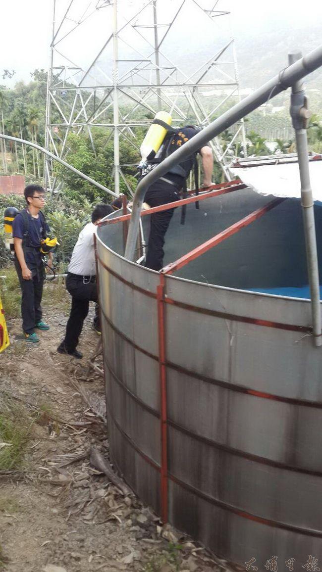 游姓老農與廖姓男子因吸入過多防水漆溶劑兩人暈倒,消防隊員攜帶氧氣瓶入內搶救。(柏原祥翻攝)