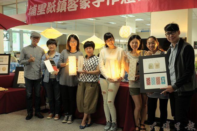 埔里鎮文創工作者振興手工紙業,開發客家手作燈,參與學員、創作者與作品合影。(柏原祥攝)