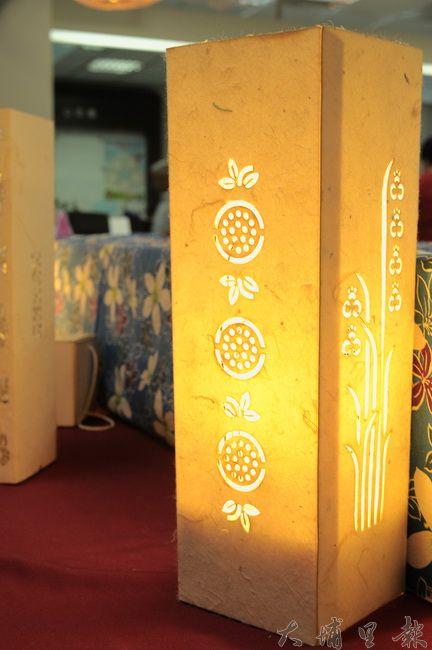 這座客家手作燈上的鏤空圖騰是埔里特產百香果與蘭花。(柏原祥攝)
