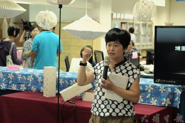 大埔里文創協會理事長唐茹蘋表示,埔里客家元素圖騰融入手工紙,是懷舊,也是創新。(柏原祥攝)