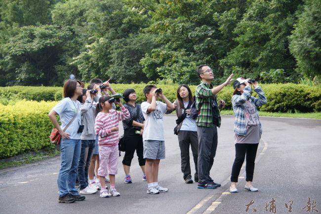 清晨在奧萬大國家森林遊樂區用望遠鏡享受賞鳥的樂趣。(圖/南投林管處提供)