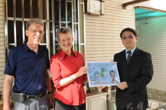 來自美國的高王淑玲(中)來台宣教28年,幫助台灣家庭重生,因事蹟獲頒永久居留證,由移民署南投縣服務站主任陳啟源(右)代表頒贈。(柏原祥攝)