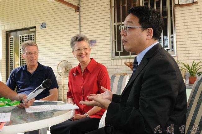 美籍傳教士高王淑玲(中)來台宣教28年,親切的笑容與熱力感染了周遭人。(柏原祥攝)