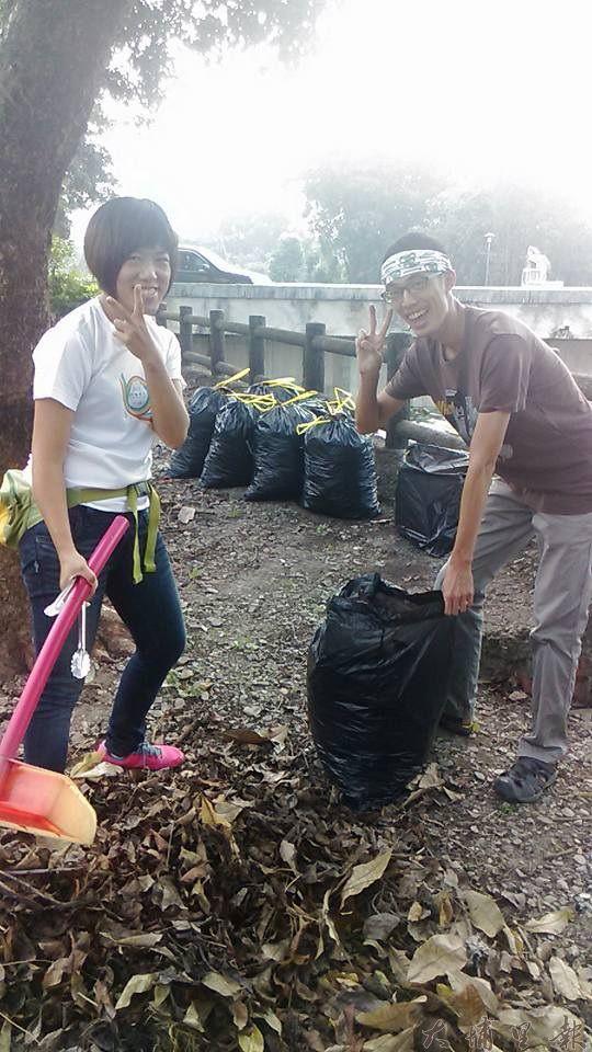 鎮民潘胤杰(右)及黃怡甄(左)響應活動,至南安路護岸清出好幾大袋的垃圾。(李桂蘭攝)