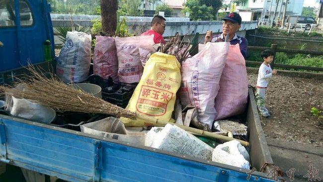 鎮民詹福榮、詹子謙響應活動,開著貨車前來打掃南安路護岸環境。(圖/香草大叔與男孩提供)