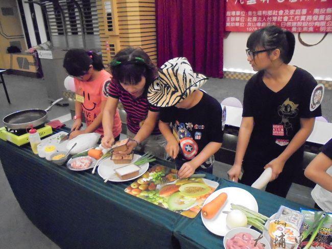 小朋友學習料理,建立自信,也能協助操持家務。(圖/台灣社會工作實務發展協會提供)