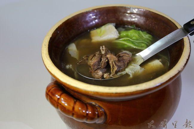 迦南美地麵食館冬日推出羊肉爐,要暖鎮民的胃。(圖/康復之友協會提供)