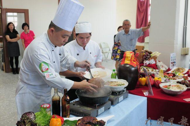 金都餐廳行政主廚劉恒宏(左)示範如何將紹興酒香融入豬腳料理。(柏原祥攝)