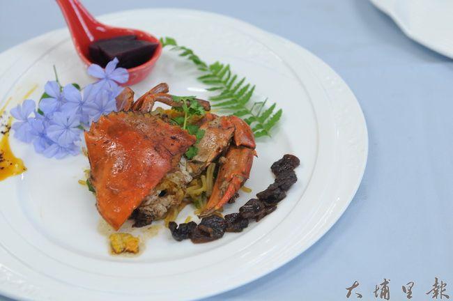 牛耳藝術村雕之森餐廳無菜單料理,將紹興酒香融入秋蟹。(柏原祥攝)