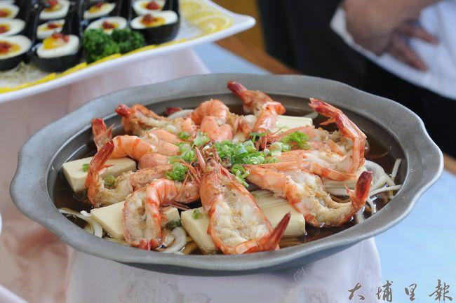 鯉魚潭天泉溫泉會館擅長河鮮料理,也與埔里特色酒香結合。(柏原祥攝)