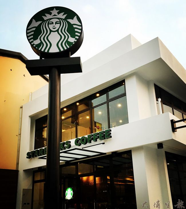 星巴克咖啡埔里門市11月21日開幕,建築為白色主體。(圖/業者提供)