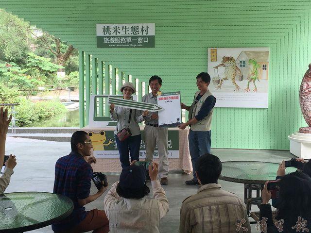桃米生態村力推旅遊服務單一窗口,解說員簽署合作備忘錄。(圖/新故鄉文教基金會提供)