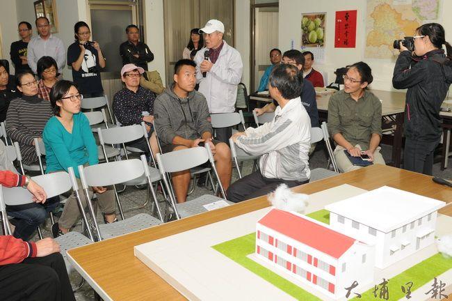南門里民與暨大、台電各個代表,在南門里集會所針對台電舊營業所活化議題進行討論。(柏原祥攝)