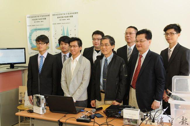 環保署長魏國彥(中)至暨大參訪,瞭解暨大多層式微型空汙感測物聯網的開發狀況。(柏原祥攝)