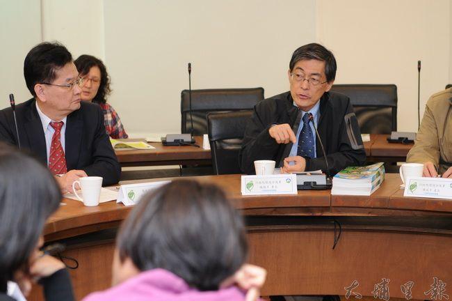 環保署長魏國彥(右)至埔里鎮參訪,對於埔里空汙防治公民力量表示敬佩,但未具體承諾自救會提出的政策意見。(柏原祥攝)