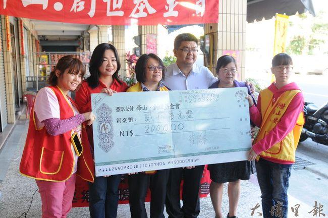 南投出身的企業家崔信基(右三),在立委馬文君引介下,捐款給華山‧創世基金會。