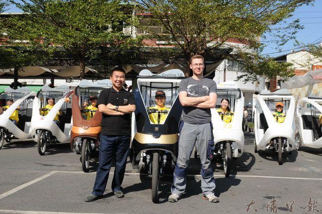 德國工程師Martin(右)與十八度C巧克力工房董事長茆晉詳(左)在車隊前合影。(柏原祥攝)
