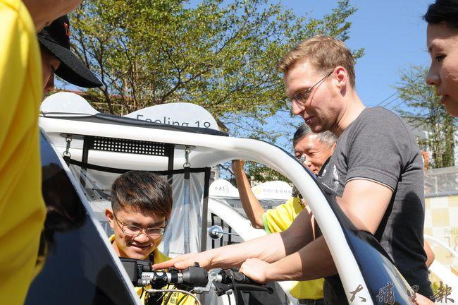 德國工程師Martin指導埔里觀光領航員行車的注意事項。(柏原祥攝)