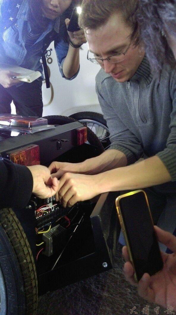德國Veloform工程師Martin指導埔里觀光領航員,如何保養觀光三輪車。(圖/Feeling 18提供)