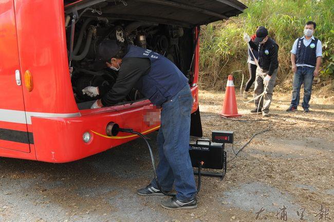 環保署對柴油大客車或大貨車隨機抽檢,排污超量或拒絕受檢者予以開罰。(柏原祥攝)