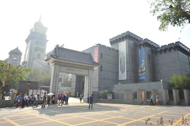 中台禪寺柴油遊覽車及觀光客眾多,環保署104年12月起列為埔里第一個空氣品質淨化專區(柏原祥攝)