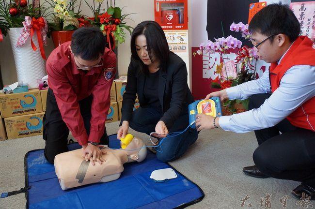 立委參選人馬文君在南安路競選總部設置AED,並請來埔里消防分隊示範如何操作。